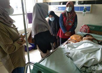 Orang tuo Nizam saat menceritakan kondisi Nizam kepada ibu bupati