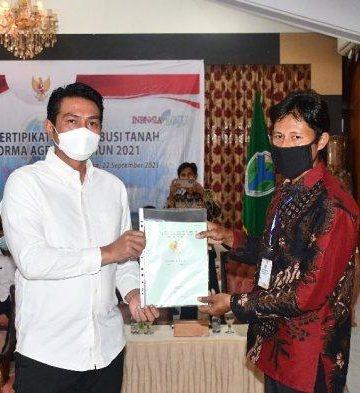 Serahkan sertifikat